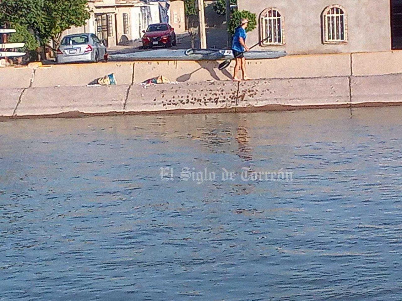 Protección Civil continúa sorprendiendo a canoístas en el canal del Sacramento en Gómez Palacio