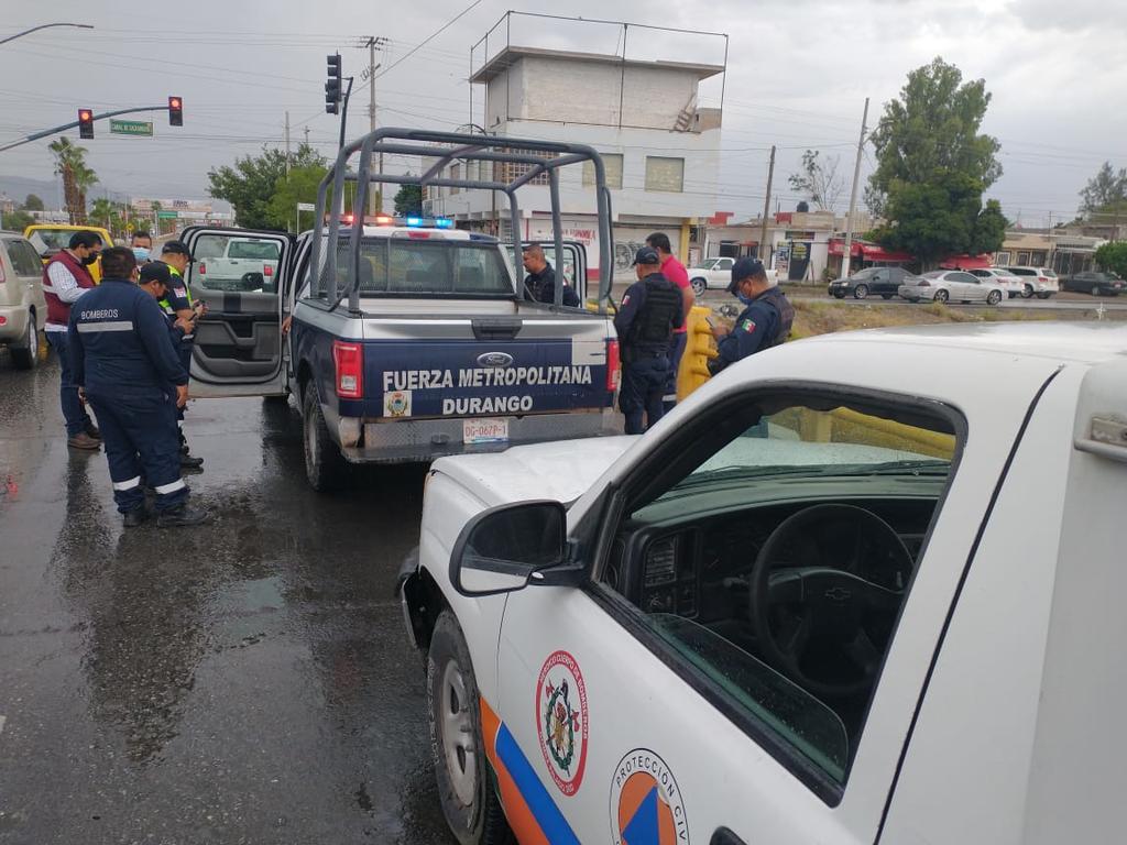 Hombre trata de lanzarse del puente del canal Sacramento en Gómez Palacio; policía lo rescata