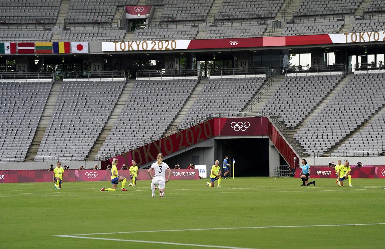 Futbol femenino olímpico arranca la jornada con protestas contra el racismo