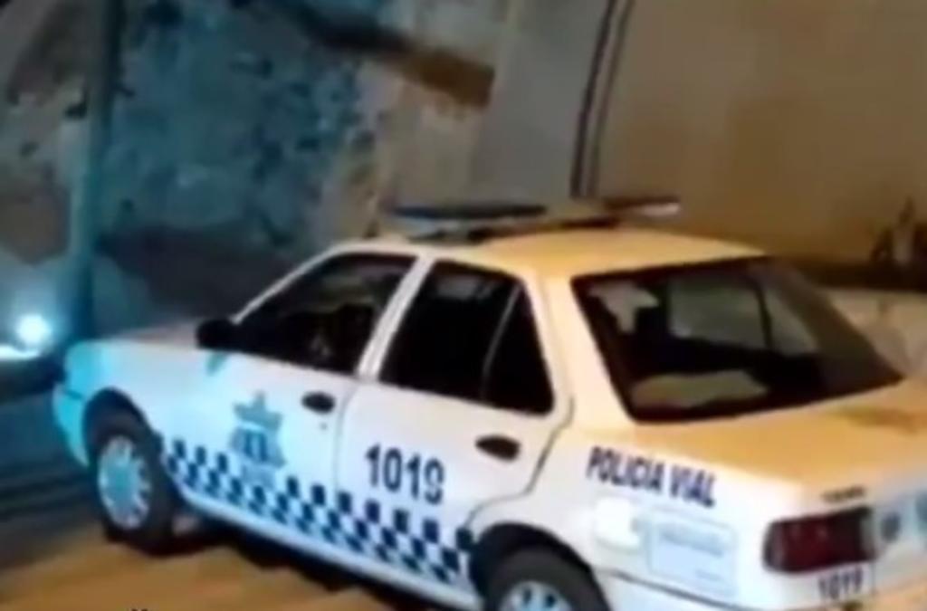 Exhiben a policía en estado de ebriedad bajando escaleras en su patrulla