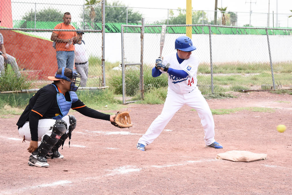 Bateador inicio en la Liga de Softbol 'Ramírez'