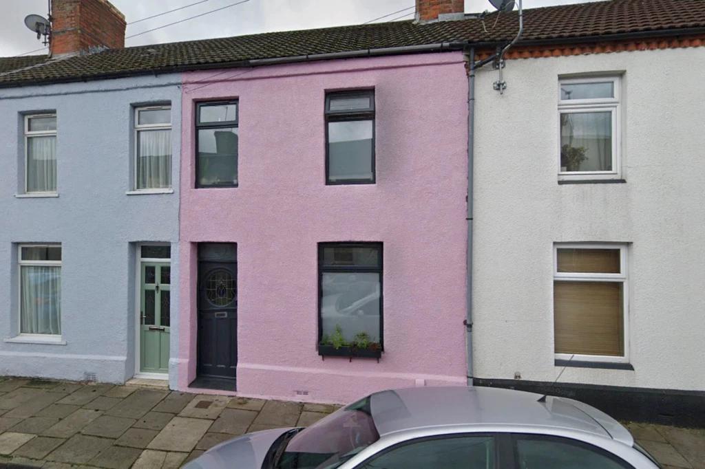 Influencers atraídos por una peculiar casa rosa, 'le hacen la vida imposible a su dueña'