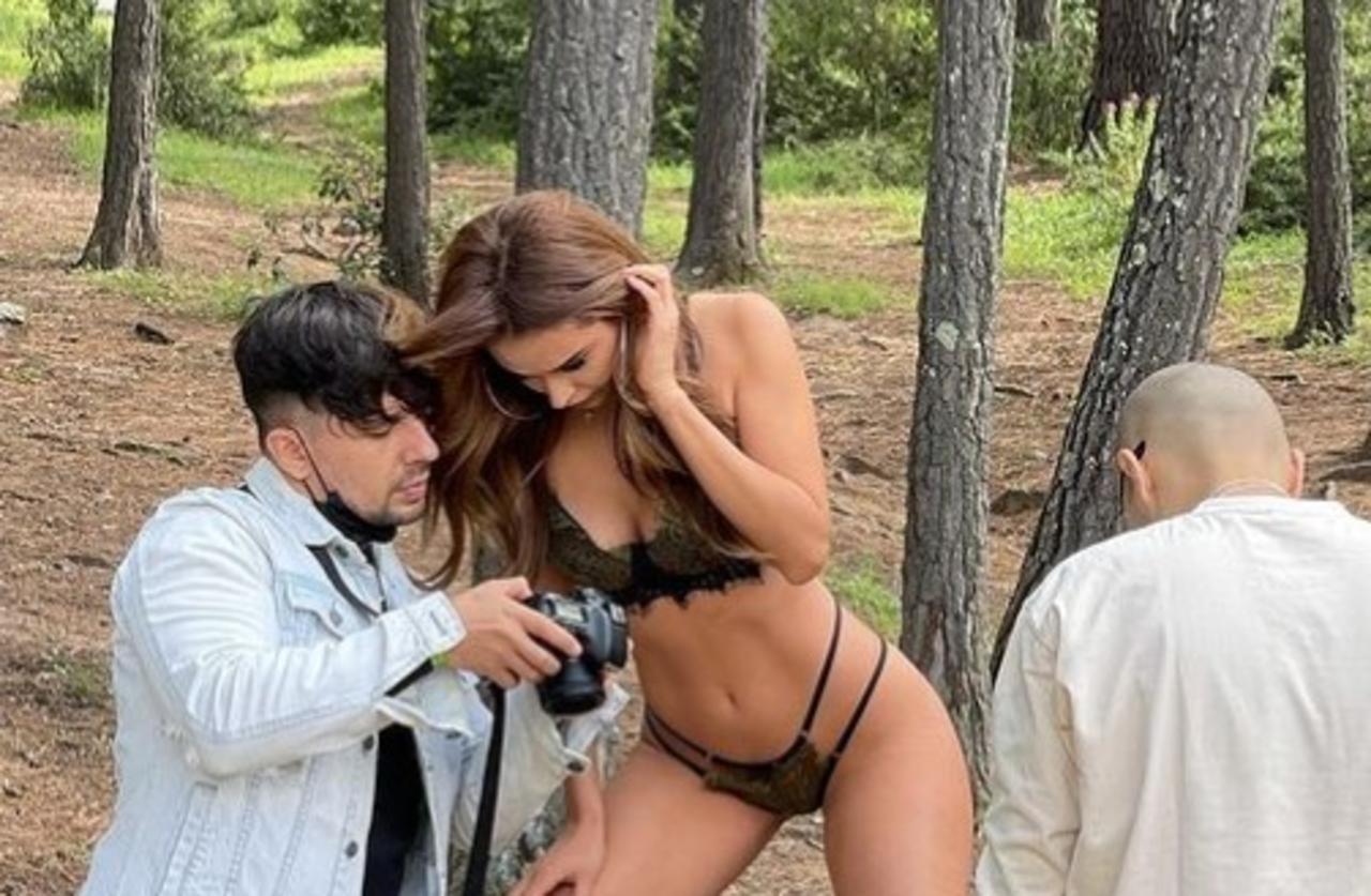 Yanet García luce sus curvas en el bosque vistiendo lencería negra