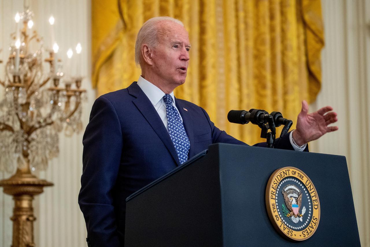 El presidente Joe Biden celebra que empresarios compitan por los trabajadores y suban los sueldos