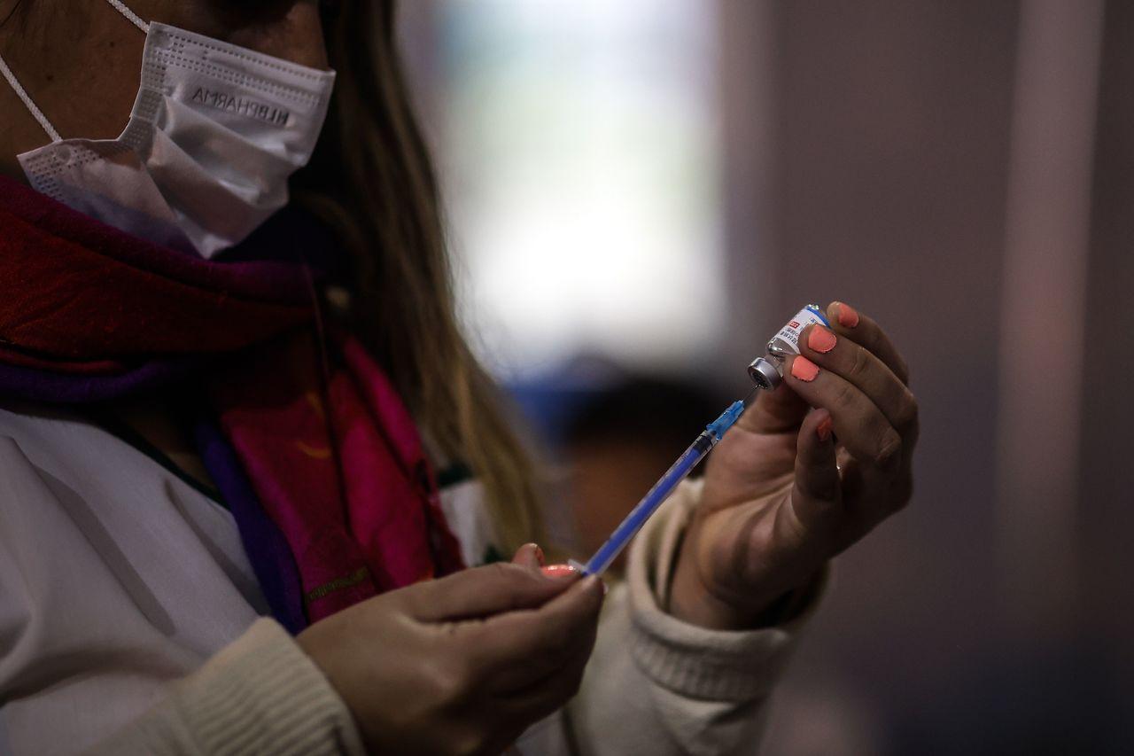 Arremeten contra plan de vacunación de Biden