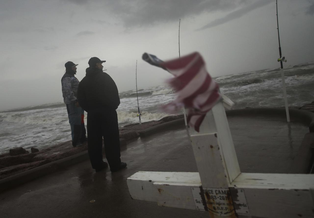 Tormenta 'Nicholas' se convierte en huracán categoría 1 frente a costas de Texas