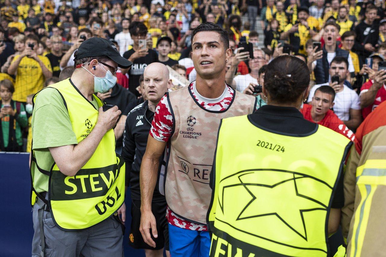 Comisario recibe balonazo durante calentamiento en la Champions y Cristiano lo atiende