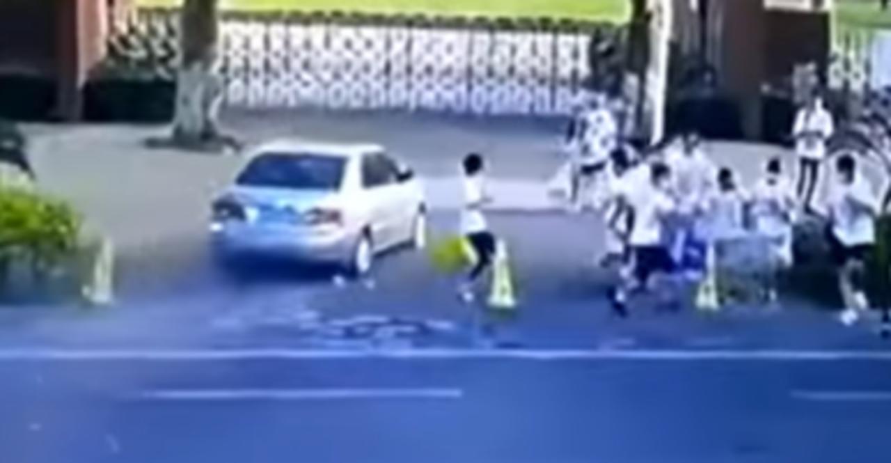 Motorista por poco embiste a estudiantes tras confundir el acelerador con el freno