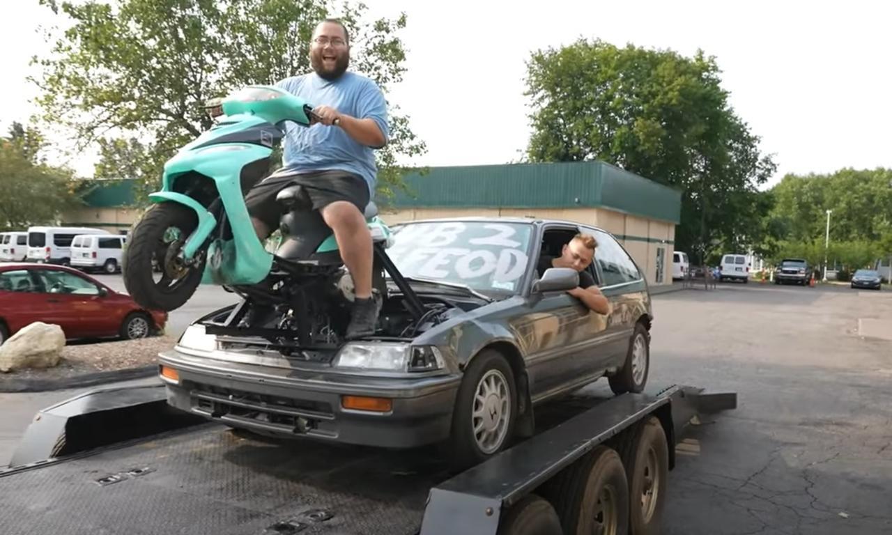 Comparten video de auto que funciona con una moto y se hace viral