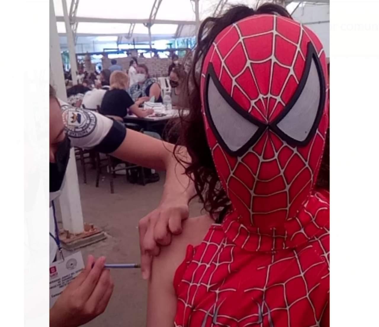 Duranguense se viste de Spider-Girl para motivar a la vacunación anticovid