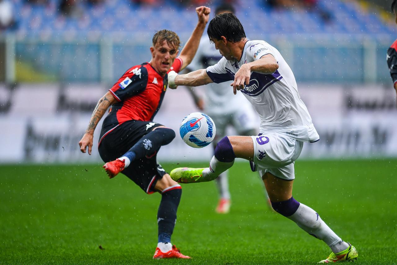 Johan Vásquez se queda en la banca durante derrota del Genoa ante  Fiorentina