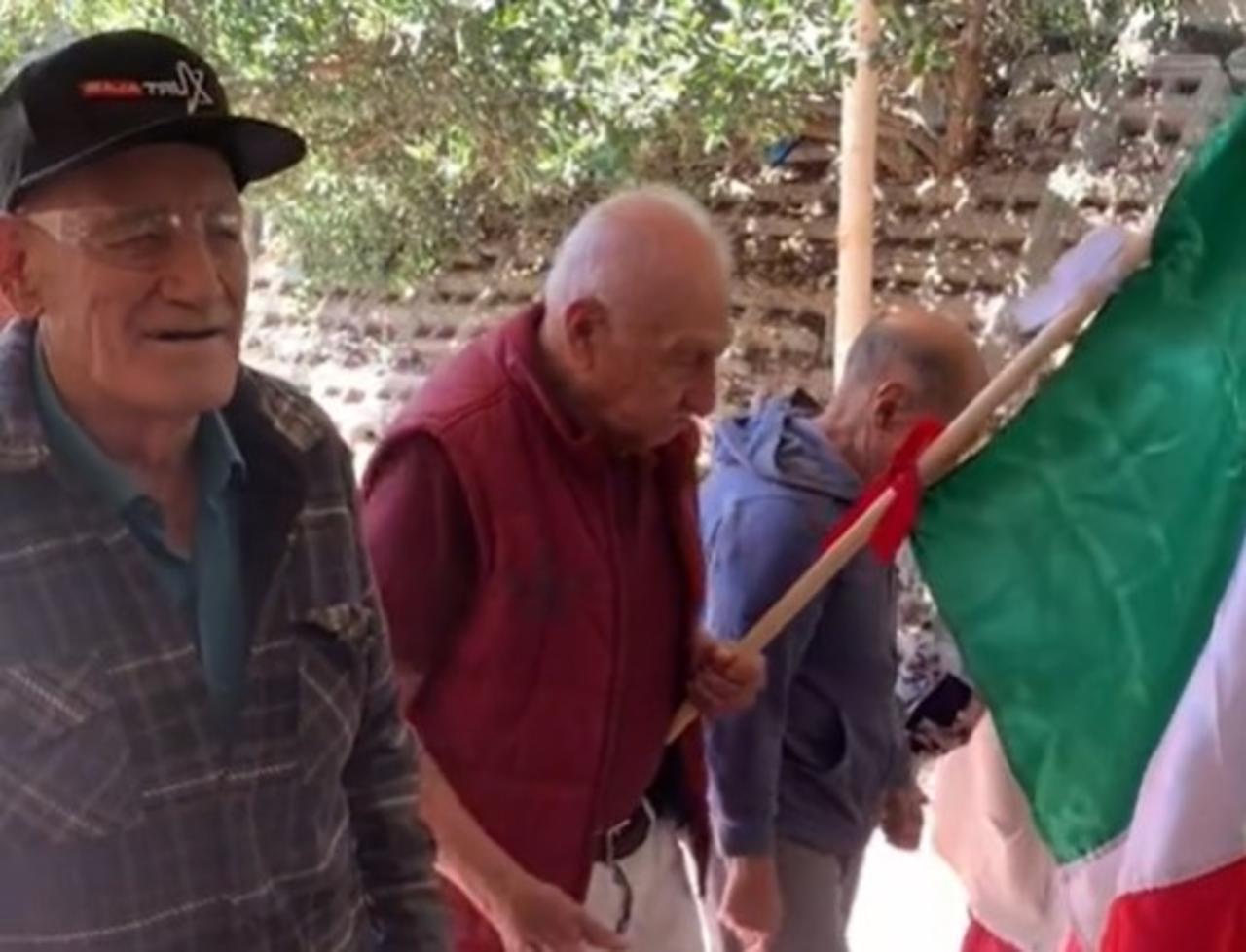 Abuelitos enamoran al hacer escolta patria en asilo