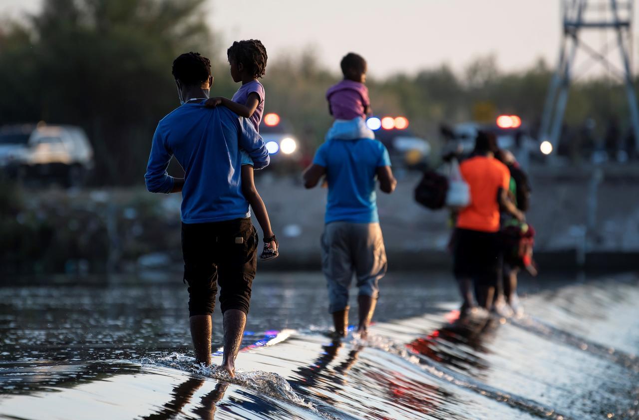 Estados Unidos prevé deportar a migrantes haitianos varados en puente fronterizo