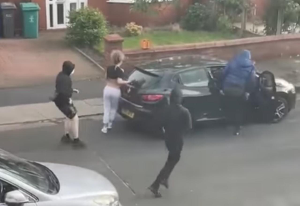 Mujer logra rescatar a su bebé segundos antes de que 3 hombres armados le robaran su auto