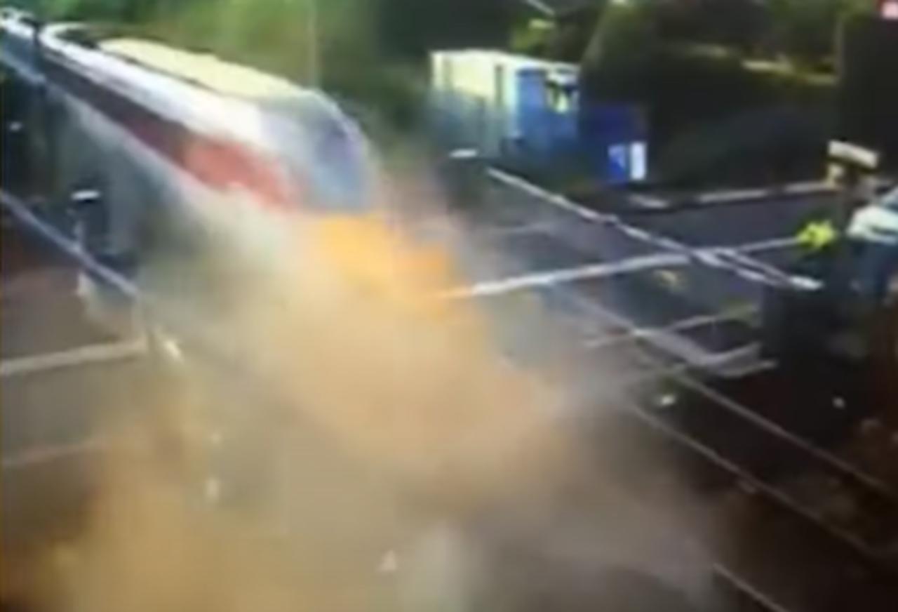 Conductor estrella su camioneta contra un tren de alta velocidad en movimiento