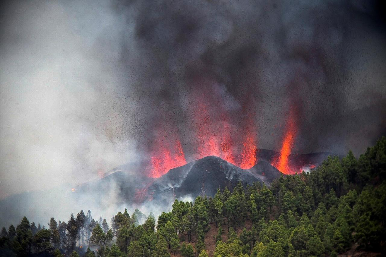 Erupción de un volcán en la isla española de La Palma causa dos mil evacuados