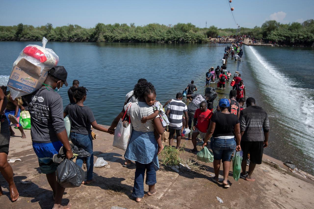 EUA comienza  a deportar a migrantes haitianos retenidos en Del Río, Texas