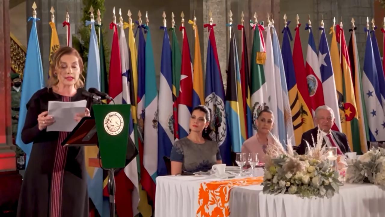 AMLO comparte mensaje de Beatriz Gutiérrez durante cena en Palacio Nacional