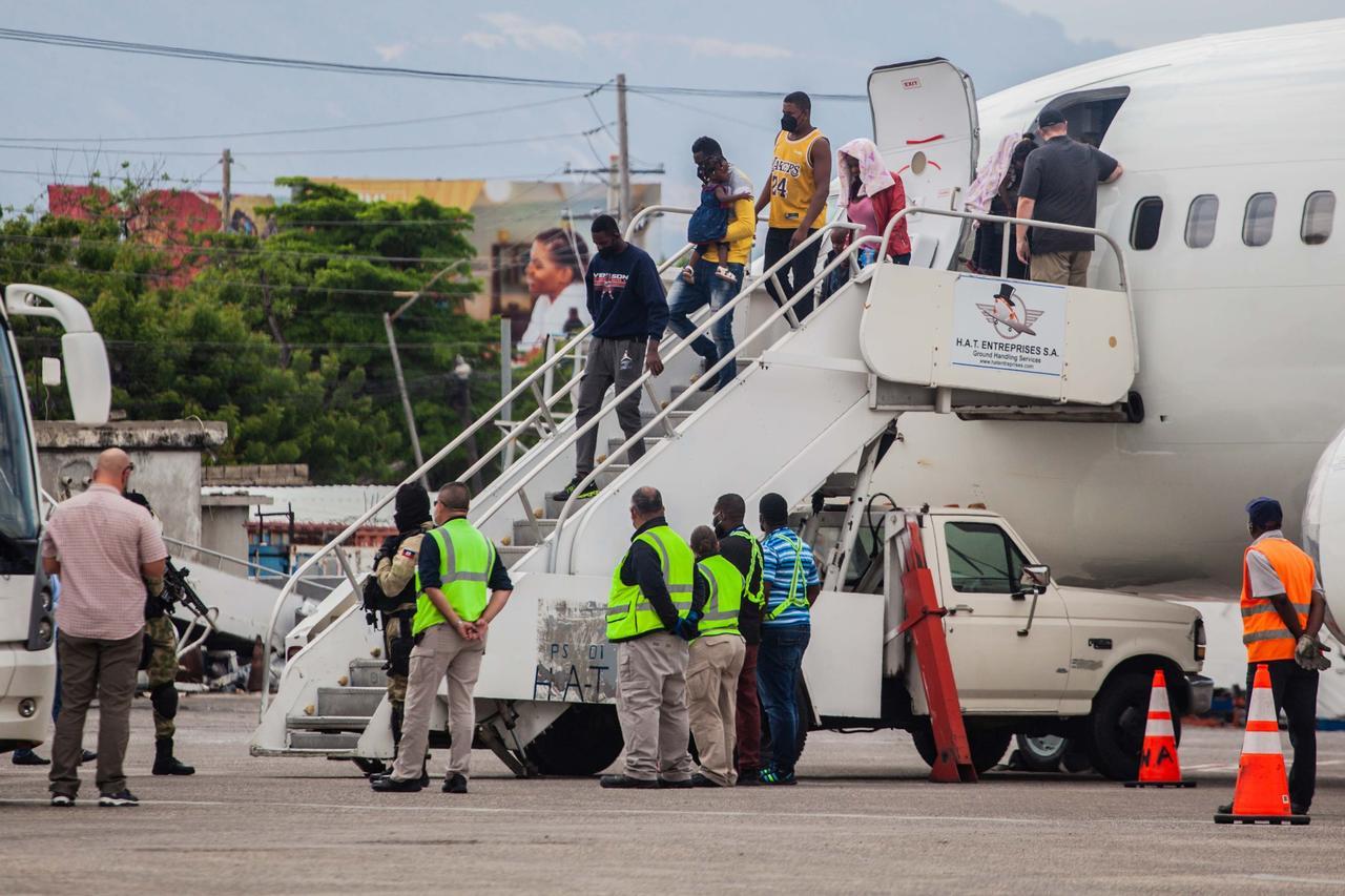 EUA deporta a migrantes haitianos y cierra frontera en Del Río