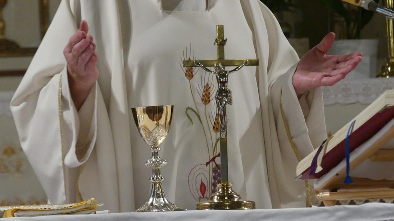 Detienen a párroco acusado de utilizar donaciones de los feligreses en encuentros sexuales con drogas