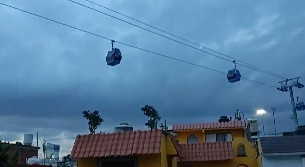 'Otra vez'; usuarios de la Línea 2 del Cablebús quedan suspendidos en el aire por casi una hora