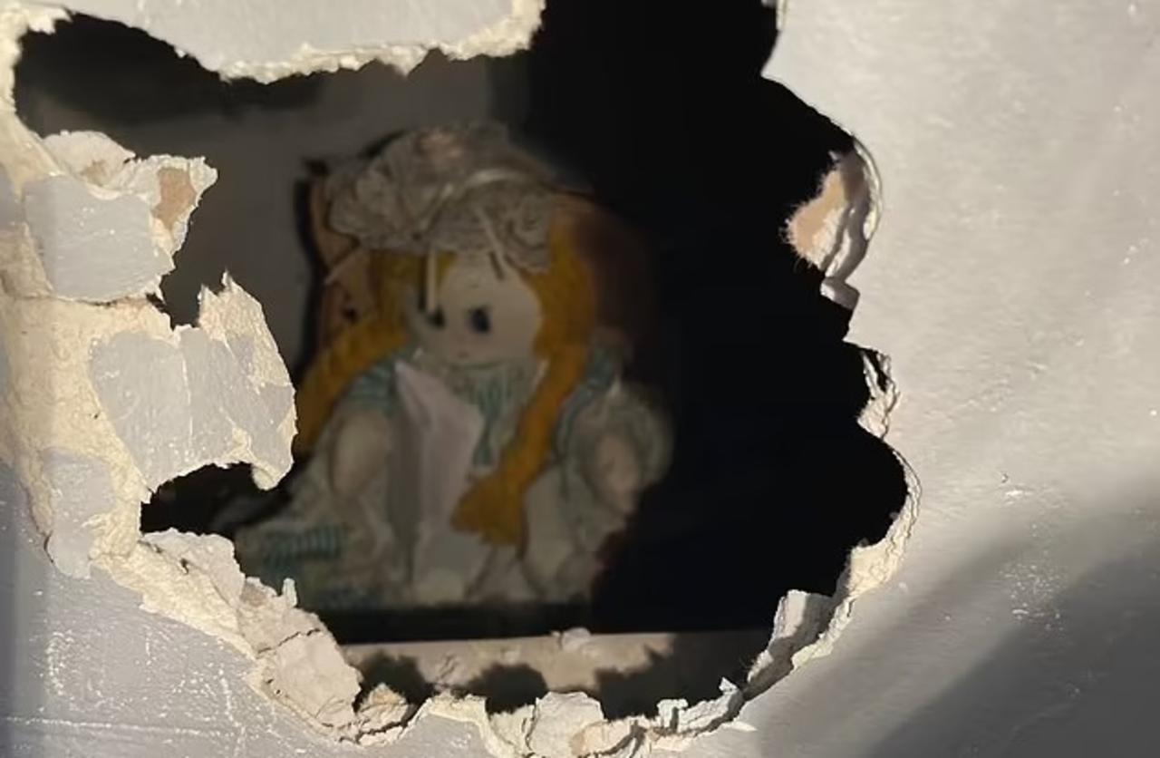 Hombre encuentra 'aterrador' mensaje en muñeca al remodelar su nueva casa