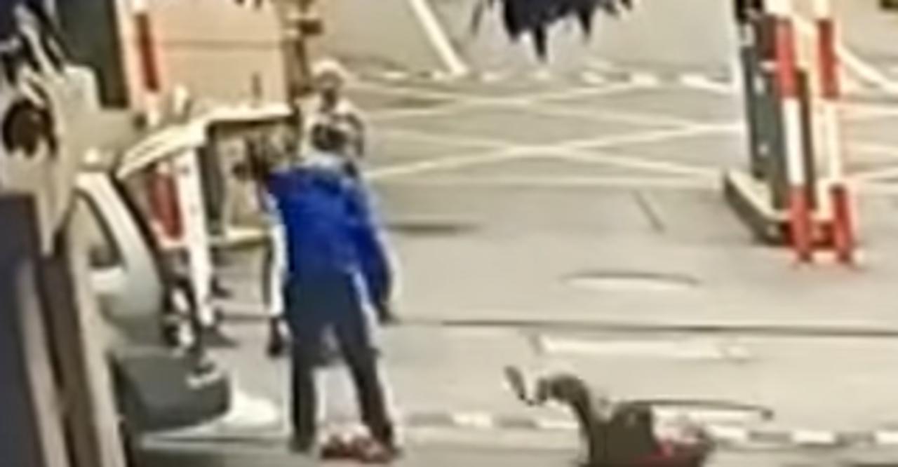Oficial de gestión urbana arroja a una anciana al piso tras confiscarle una báscula
