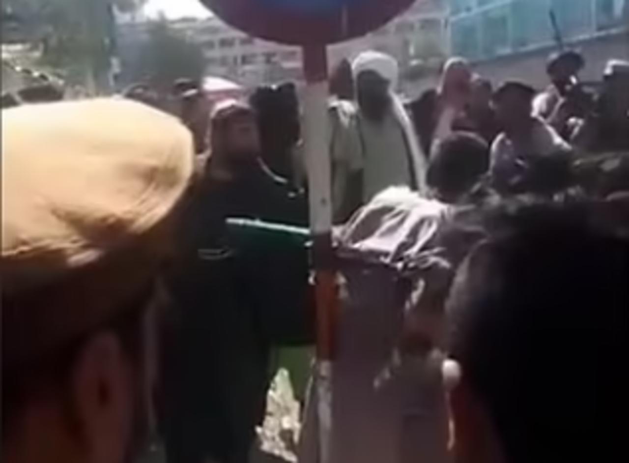 Presunto ladrón capturado por talibanes es flagelado públicamente en Kabul