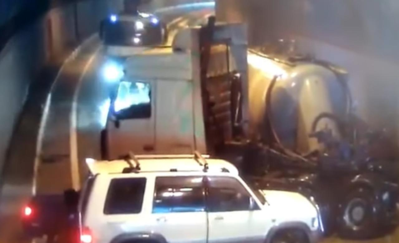 Cinco vehículos protagonizan carambola dentro de un túnel en Rusia