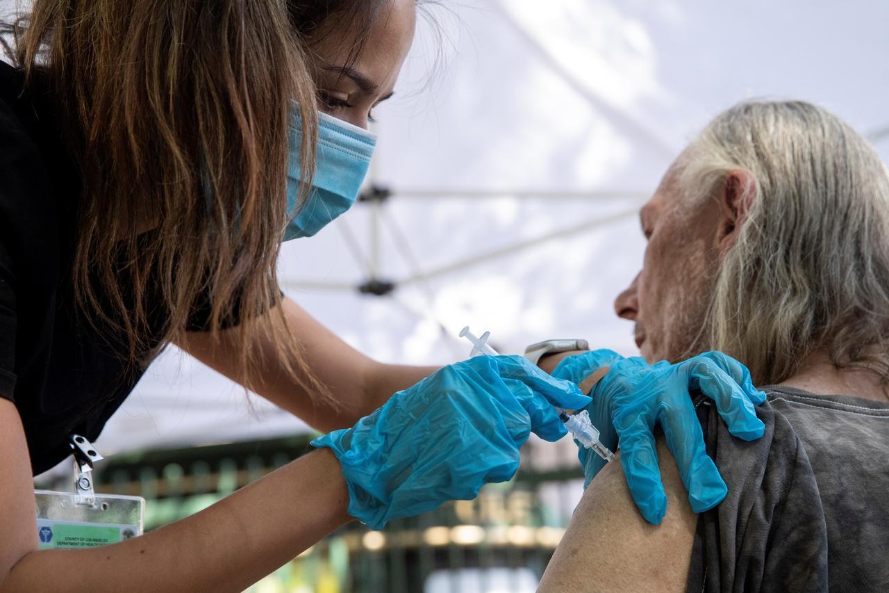 Estados Unidos empieza las dosis de refuerzo con un 25 % de su población sin vacunar