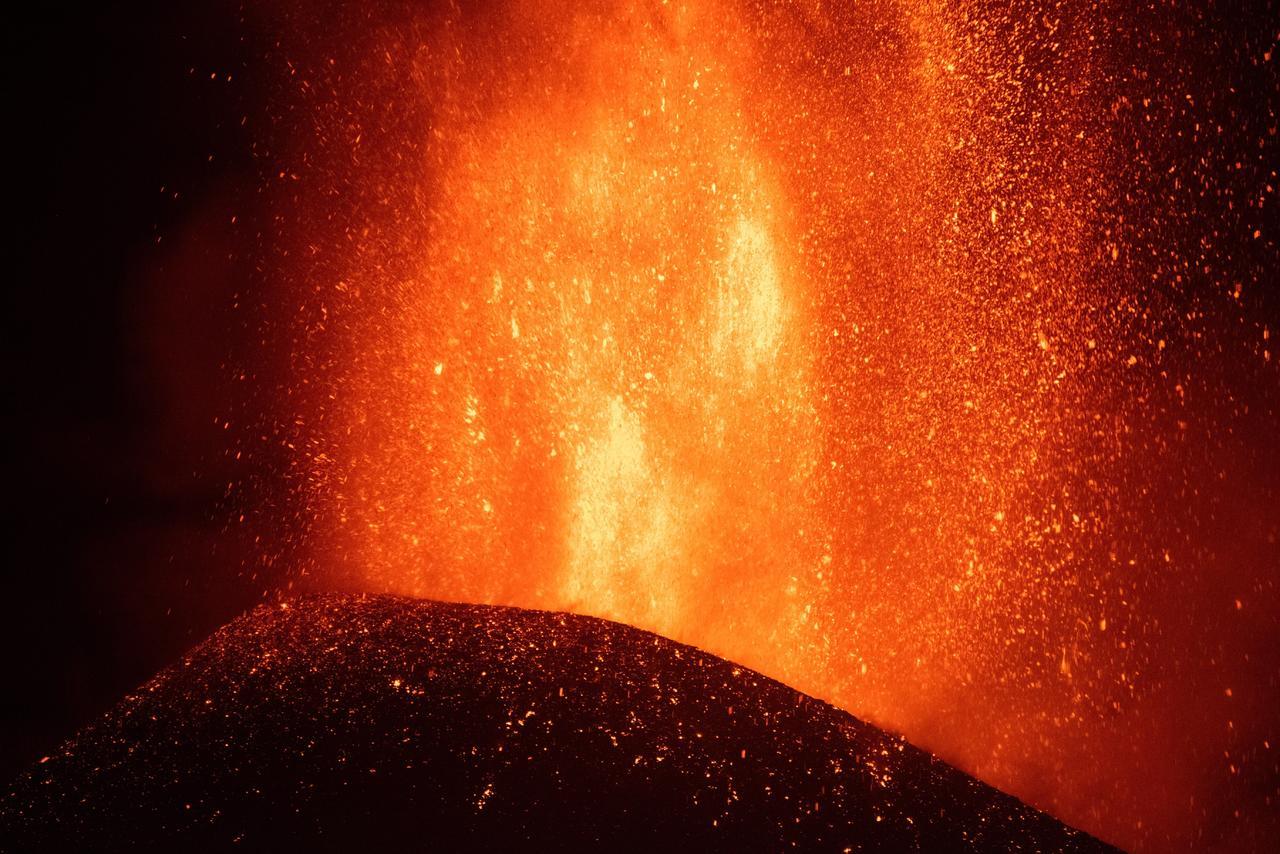 El volcán de La Palma presenta una nueva boca y mayor explosividad; hay más evacuaciones