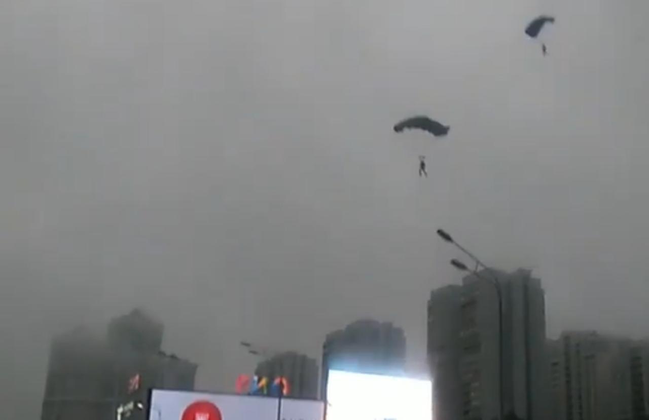 Paracaidistas saltan desde un edificio y aterrizan sobre concurrida avenida