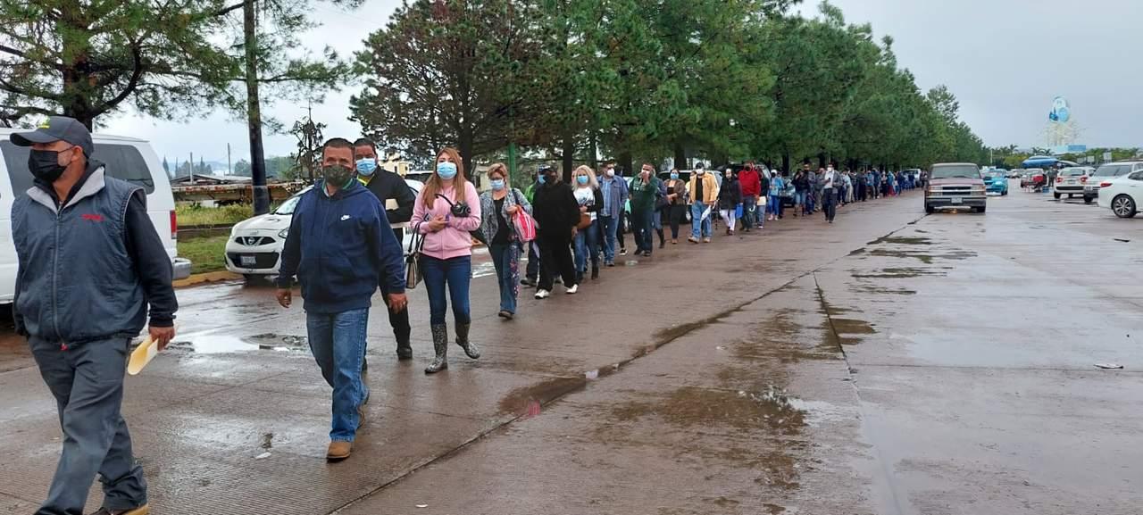 A pesar de la lluvia en Durango, más gente acude a vacunarse