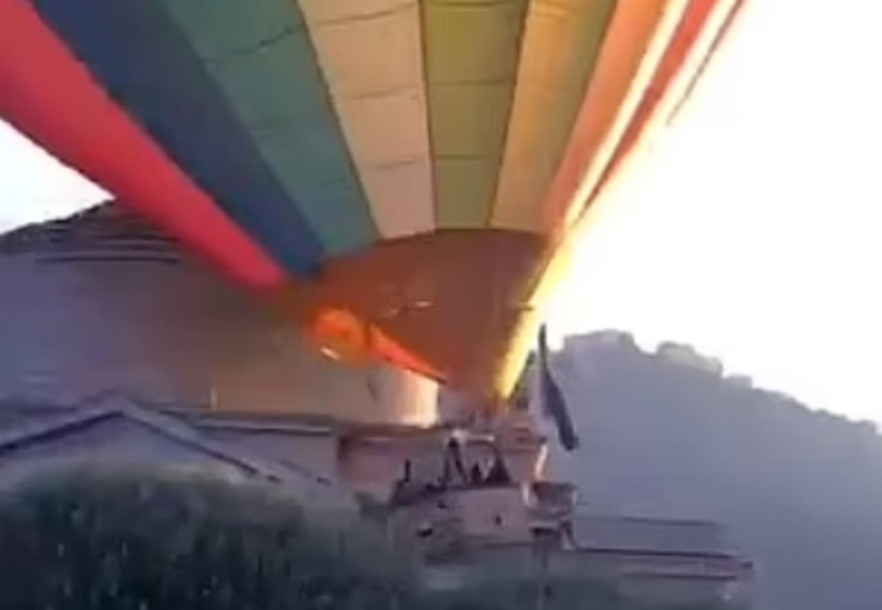 Globo aerostático lleno de turistas se estrella contra un museo y derriba una de sus columnas