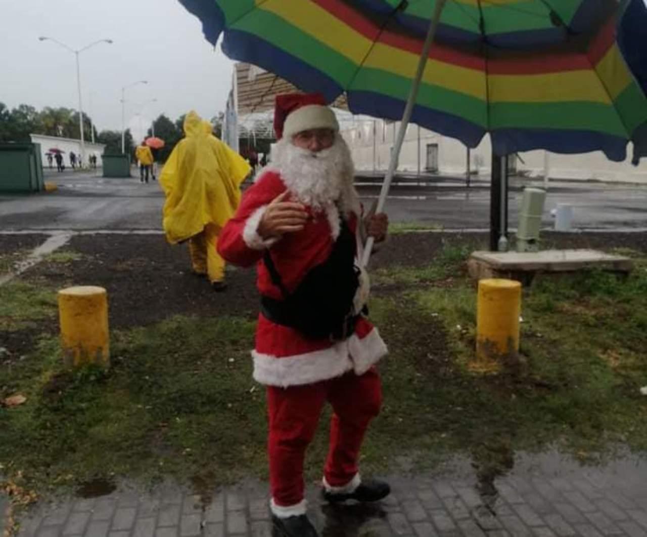 Santa Claus acude a vacunarse contra el Covid en Durango